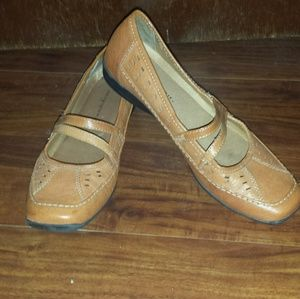 Easy Spirit 7N Women Tan Loafers
